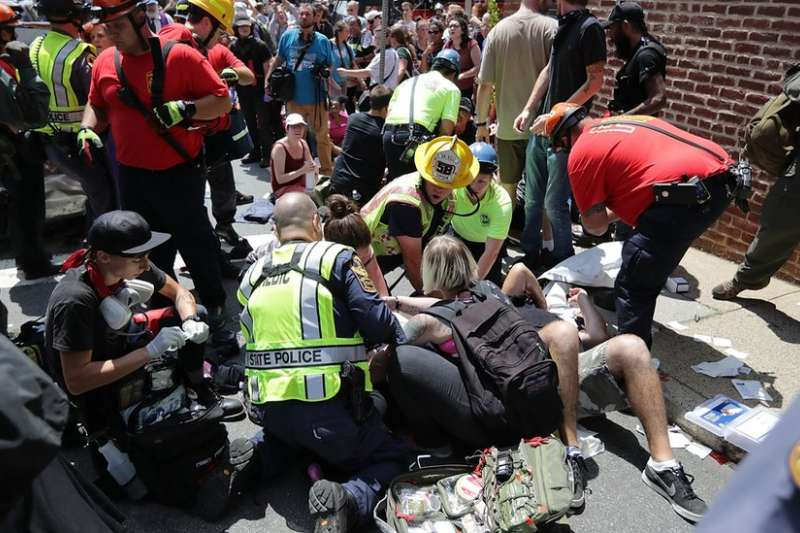 美國維吉尼亞州沙洛斯維市(Charlottesville)去年爆發極右與反極右示威者的衝突。(BBC中文網)