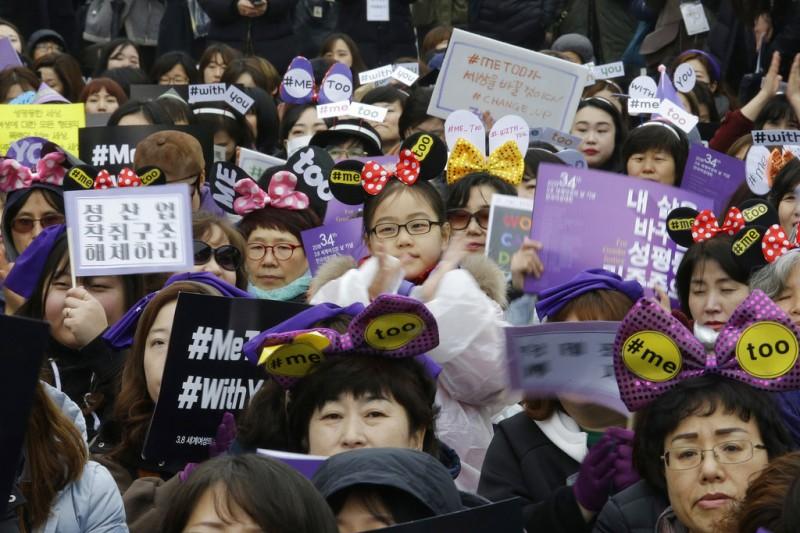 南韓女性在首爾街頭聲援#MeToo運動。(美聯社)