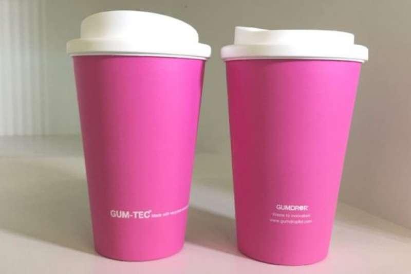 一個咖啡杯裡含42片嚼過的口香糖。(BBC中文網)
