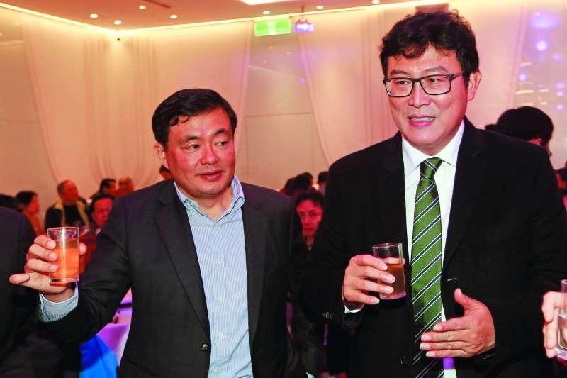 民進黨立委姚文智(右)一再表明參選台北市長意願,洪耀福(左)始終視而不見。圖為洪耀福和姚文智在民進黨市黨部春酒會與柯文哲大玩「躲貓貓」。(郭晉瑋攝)