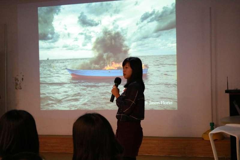 獨立撰稿人陳映妤6日出席「逐浪世代」講座,分享自己前往地中海,採訪難民搜救船的經歷。(Skyline-國際機會平台提供)