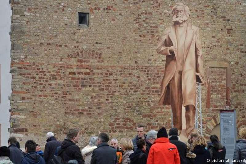 為讓市民有切實感受,特里爾市先將一個木製馬克思青銅像複製品安放在市中心。(德國之聲)
