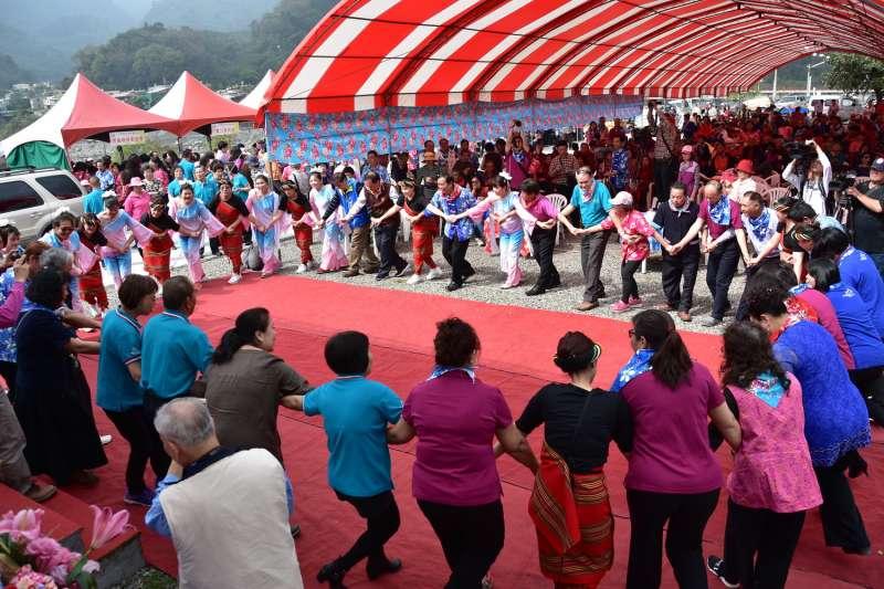 全國客家日-樂遊南投唱歌尞天穿活動,來賓一起參與客家及原住民舞蹈帶動跳,展現「全民共舞慶天穿」。(圖/南投縣政府提供)