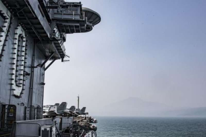 卡爾文森號的訪問具有極強標誌性意義,兩個曾經的敵人因為共同的需求開始謀求緊密合作。(BBC中文網)