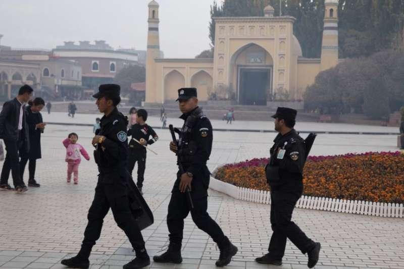 新疆喀什清真寺周圍的安保人員。(美國之音)