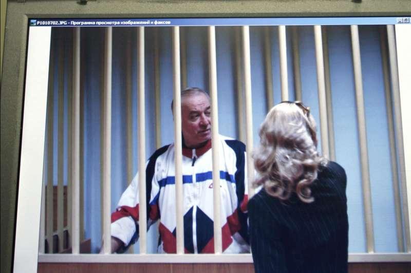 前俄羅斯間諜斯克里帕爾疑似遭俄羅斯政府以神經毒劑暗殺,這是他2006年8月9日在莫斯科受審的畫面。(AP)