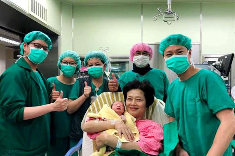 2018年2月25日,62歲的高齡孕婦吳女士於台北長庚自然產下一名健康男嬰。(圖/台北長庚醫院|華人健康網提供)
