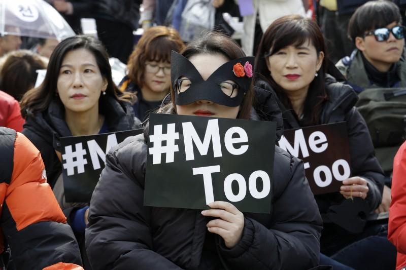 3月8日是國際婦女節,南韓女性走上首爾街頭大遊行,支持反性騷擾的「#MeToo」運動(美聯社)