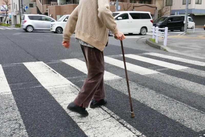 為什麼老人容易跌倒?專家終於研究出原因…(圖/photoAC)
