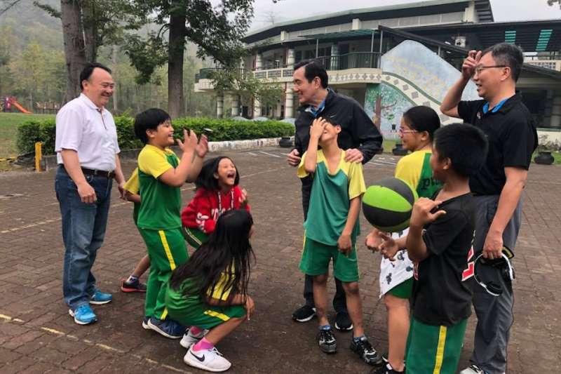 前總統馬英九卸任後聲望逆勢回升。圖為馬英九來到比悠瑪部落的小學,馬英九不知道說了什麼,孩子們笑得前仰後合。(取自龍應台臉書)