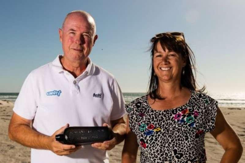 奇姆和佟尼婭・伊爾曼同意把132年前入水的漂流瓶借給西澳大利亞博物館展出,為期兩年。(BBC中文網)
