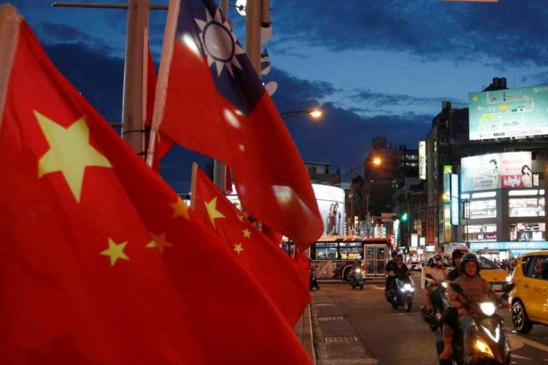 2016年5月14日,台灣台北,在當選總統蔡英文就職儀式的幾天前,在一場呼籲和平統一的集會中,中華人民共和國國旗和中華民國國旗並立。(美國之音)