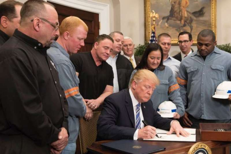 錯亂的歷史場景!圖為美國總統川普8日批准對進口鋼鋁課徵高關稅。(翻攝白宮官網)