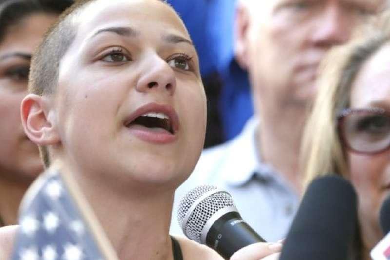 美國佛州2月14日發生校園槍擊案,倖存學生艾瑪.岡薩雷茲(Emma Gonzalez)要求政治人物負起責任,不要再鬼扯(BBC中文網)