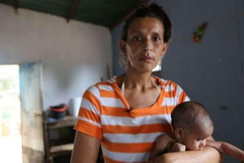 2016年BBC記者何爾南德斯採訪了這位母親。她長期吃不飽飯, 無法給孩子提供母乳。(BBC中文網)
