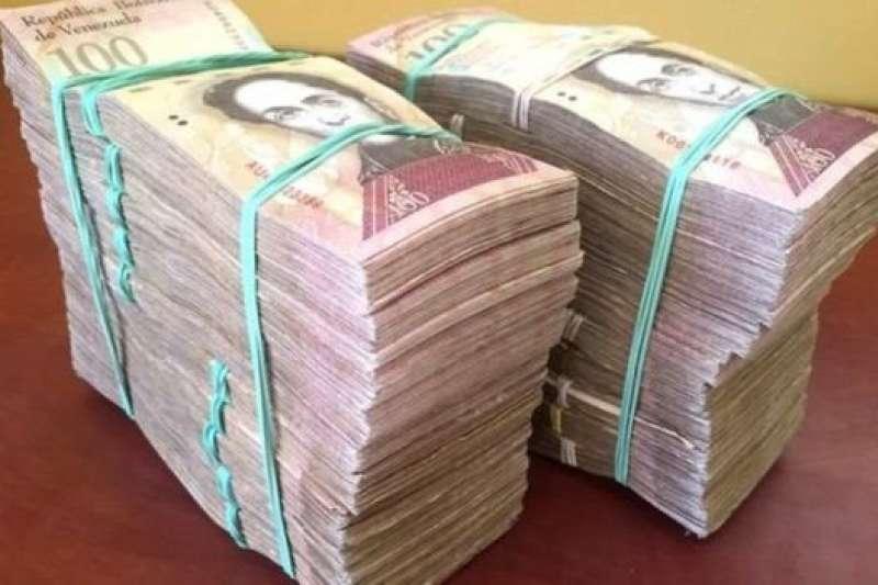 2016年的時候,100美元能換來這兩大摞錢。BBC吉登·朗2016年去委內瑞拉出差期間的經歷。(BBC中文網)