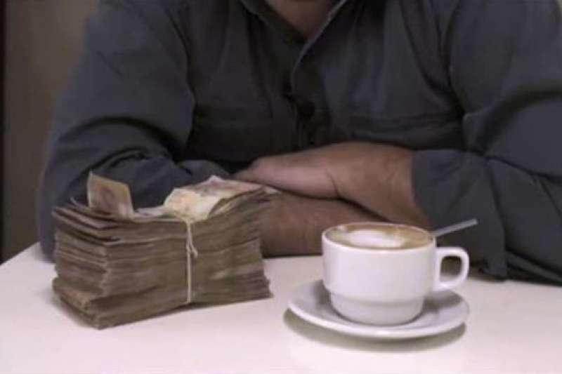 BBC記者在委內瑞拉首都卡拉卡斯叫了一杯咖啡,所付金錢竟然跟過去買一間套房一樣。(BBC中文網)