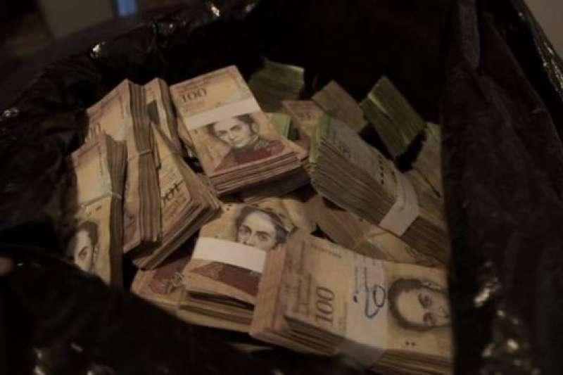 現在在委內瑞拉,要想用現金購物,需要提上一麻袋。(BBC中文網)