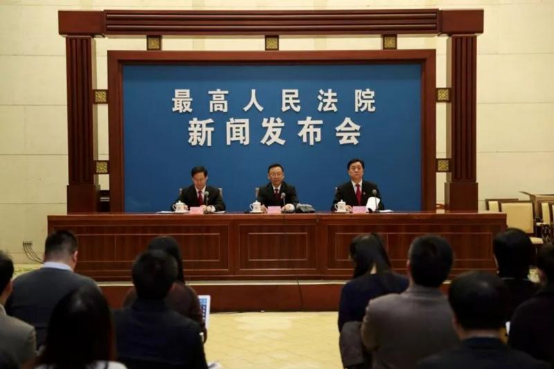 中國最高人民法院副院長江必新(中)。