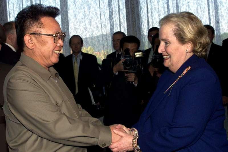 2000年10月23日,北韓最高領導人金正日在平壤會見來訪的美國國務卿歐布萊特(Madeleine Albright)(AP)