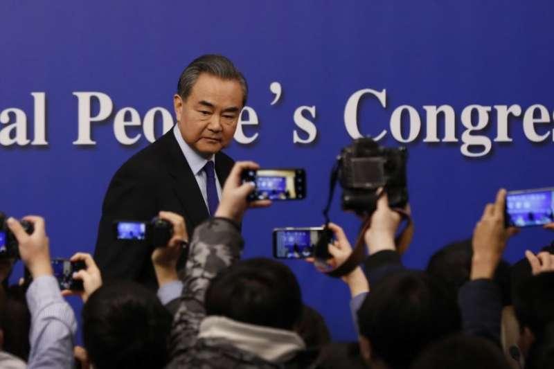 2018年3月8日中國人大會議期間,中國外交部長王毅在北京新聞中心舉行記者招待會後,記者紛紛拍攝。(美國之音)