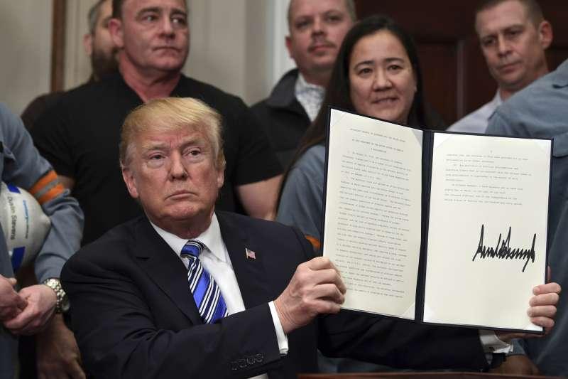 美國總統川普8日在白宮簽署公告並宣布,美國將對進口鋼鐵製品徵收25%的關稅,對進口鋁製品徵收10%的關稅,新措施將在15天後正式生效。(AP)