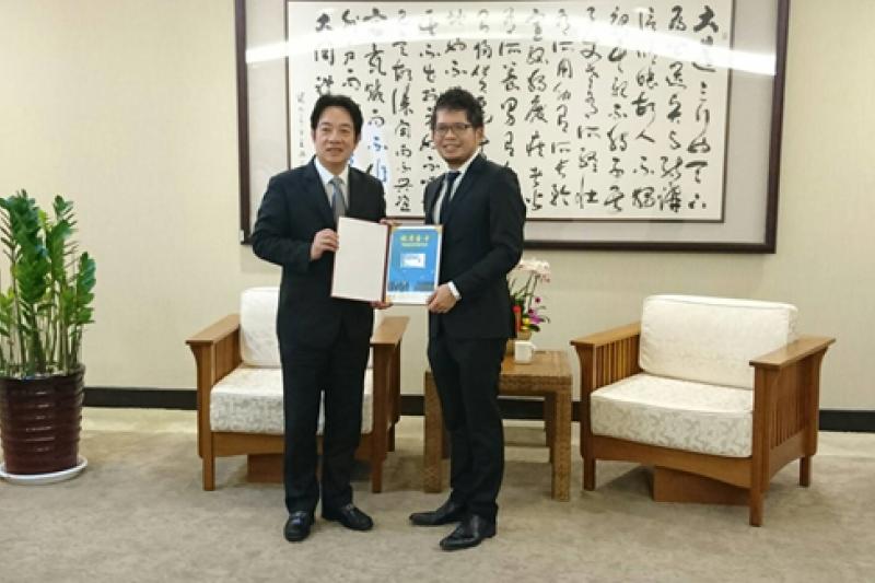 行政院長賴清德(左)9日頒發首張就業金卡給YouTube創辦人陳士駿。(國發會提供)
