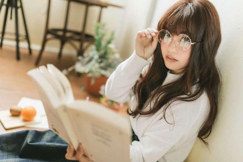 懂得挑選適合自己的眼鏡,也得懂得如何保養,錯誤的保養方式恐會影響眼睛健康。(圖/Pakutaso)