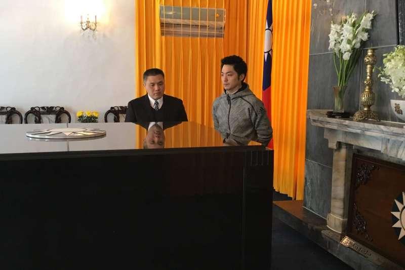 國民黨立委蔣萬安今(10)早10時與父親蔣孝嚴、母親黃美倫前往慈湖陵。(蔣萬安辦公室提供)