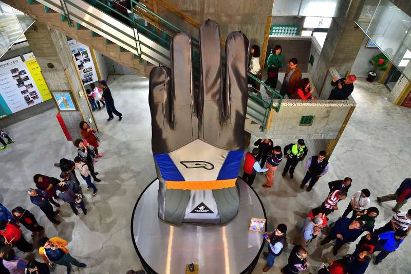 位於社頭織襪產業園內的『台灣手套博物館』今天開幕,現場6米高的「世界大手套」相當吸睛。(取自魏明谷臉書)