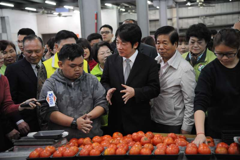 2018年3月10日,行政院長賴清德參訪雲林縣「漢光果菜生產合作社」。賴清德強調,希望大家共同打拚,解決問題,讓農民過更好的生活。(行政院提供)