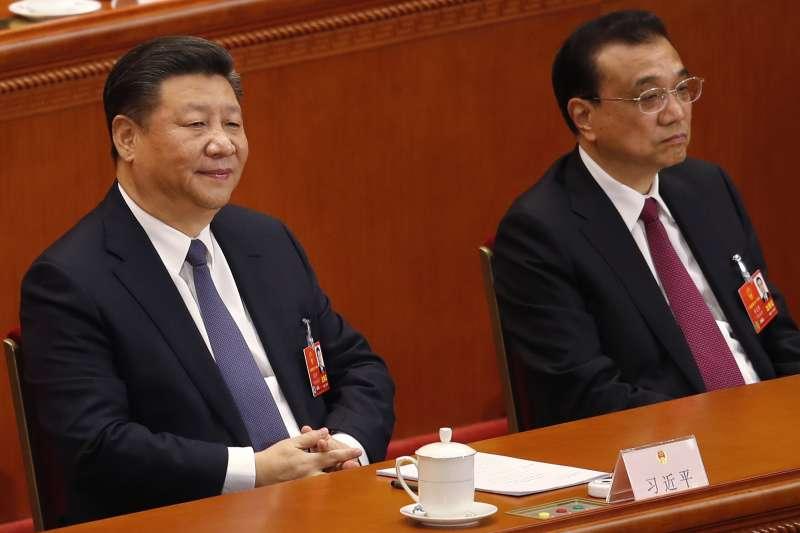 2018年3月11日,中國第十三屆全國人大一次會議表決通過包括取消國家主席任期在內的修憲案,習近平(左)權勢如日中天,右為他的副手李克強(AP)