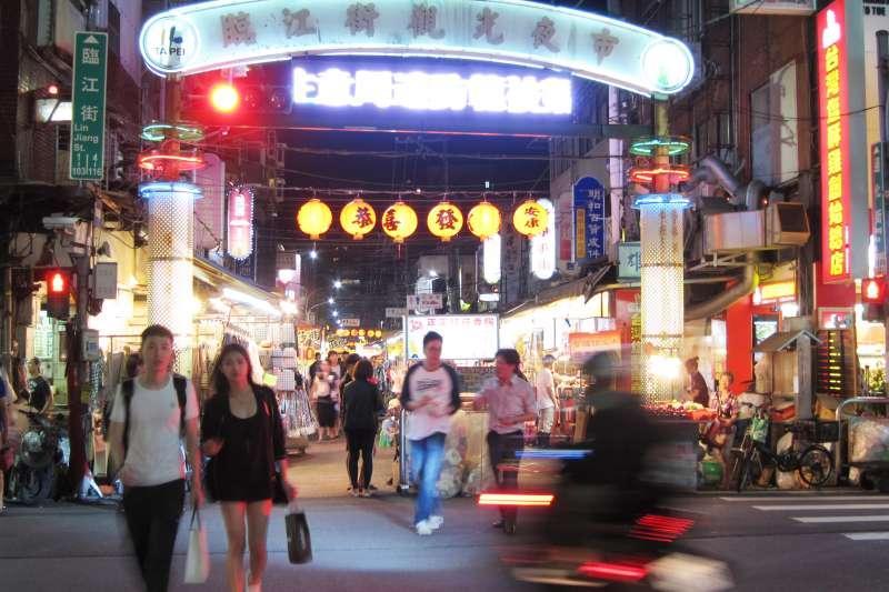 或許不是台北最有名的夜市,但臨江夜市的美食絕對值得你特地前來。(圖/Ken Marshall@Flickr)