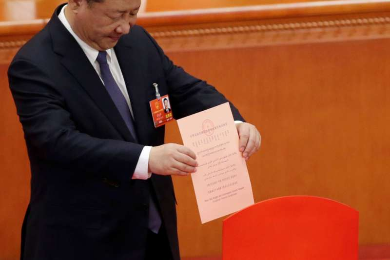 中國國家主席習近平2018年3月11日參加憲法修正案投票。(美國之音)
