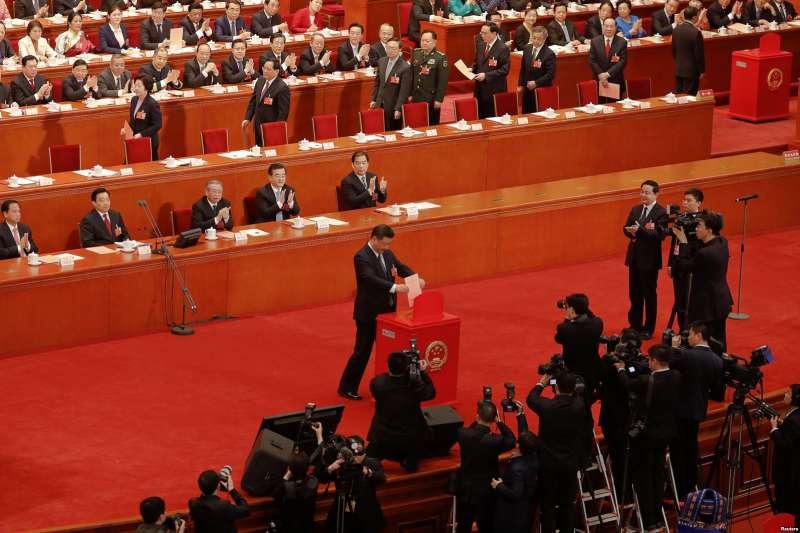 中國國家主席習近平在全國人民代表大會第三次全體會議上對憲法修正案投票,楊潔篪、張又俠等人排隊準備投票。(美國之音)