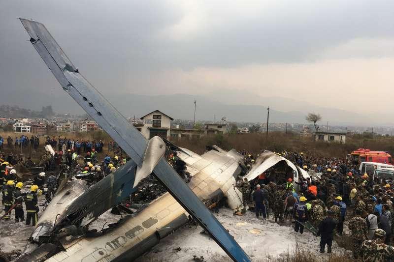 尼泊爾首都加德滿都國際機場12日下午驚傳墜機意外,目前無法得知確切傷亡情況(美聯社)