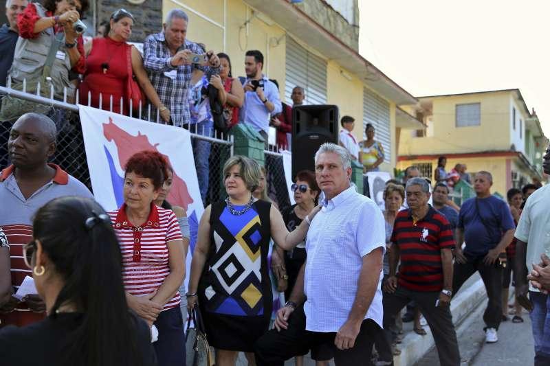 古巴新總統的熱門人選迪亞斯11日與民眾一起排隊等投票(AP)