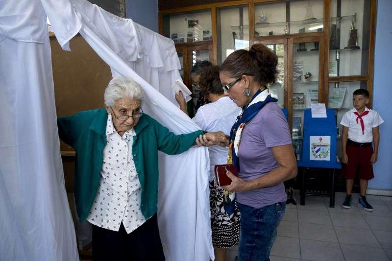 古巴11日舉行國會大選,民眾踴躍投票(AP)
