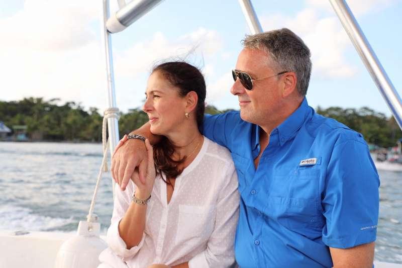 美國前駐巴拿馬大使費禮(John D. Feeley)與妻子(巴拿馬美國大使館臉書)