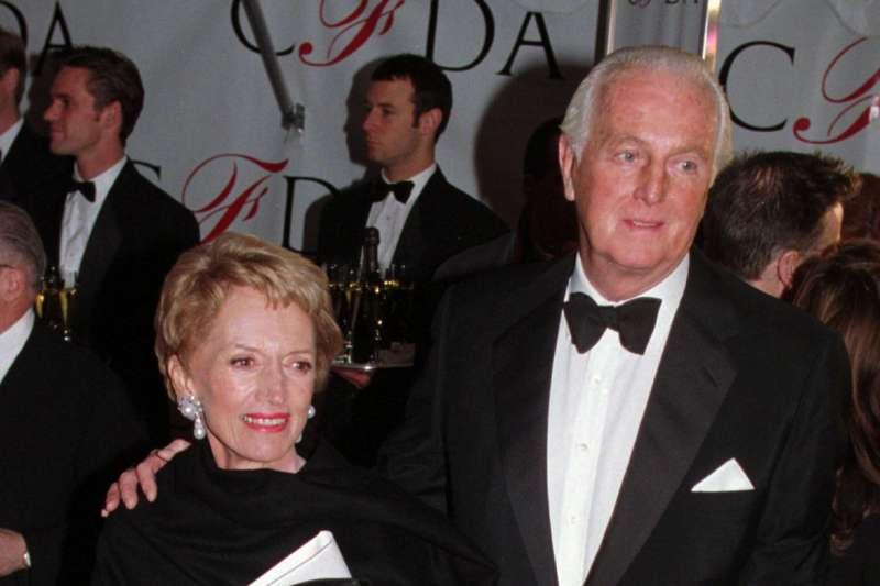 法國時裝大師紀梵希(Hubert de Givenchy)與妻子瑪麗,攝於1996年(AP)