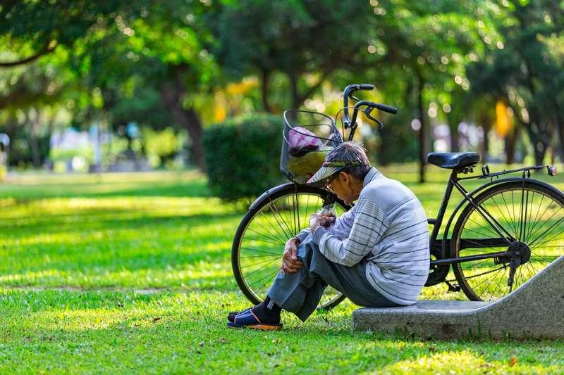 即使現在過著還不錯的生活,如果存款不多、又擁有房貸,日後就有成為下流老人的危險。(示意圖/tianya1223@pixabay)