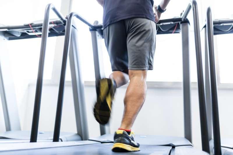 只有當走路步伐夠快,才能將熱量燃燒為葡萄糖,而非儲存為脂肪。(圖/pakutaso)