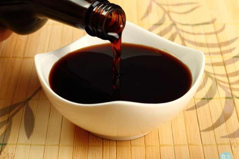 醬油是調製滷汁時的靈魂角色,也是滷味入味上色的關鍵調味料,究竟醬油在滷味中有什麼功能呢?(圖/食力提供)