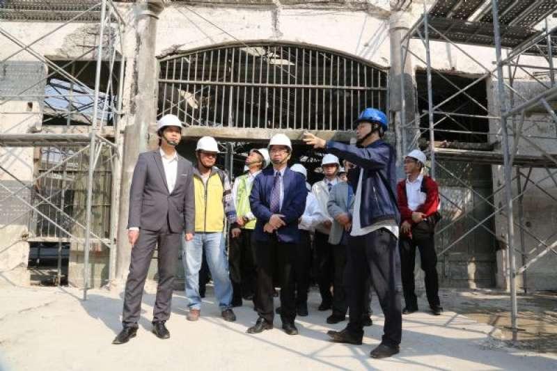台南市長李孟諺今(13)日上午率領市府團隊視察西市場修復工程,期勉如期如質完成,表達市府對西門商圈整體環境提升的高度重視。(圖/台南市政府提供)