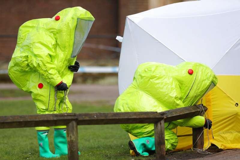 斯克里帕爾所中的神經毒劑「諾維喬克」(Novichok)毒性極強,調查人員極為謹慎地小心採證。(美聯社)