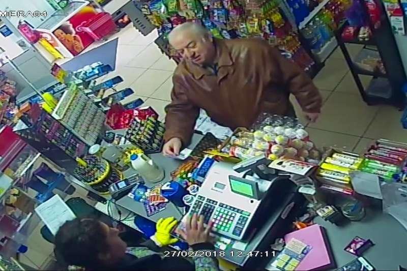 斯克里帕爾被商店監視器拍下的身影。(美聯社)