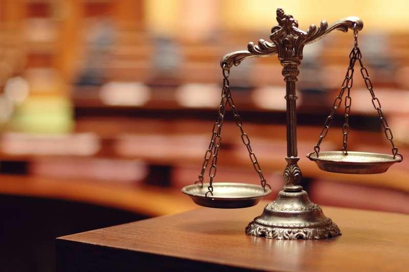 法官是人,不是神,所以法官也會有偏好、價值觀,當然還會受到諸如人情、金錢、權力、輿論等等外界因素影響。(取自theamericanpolitikos.com)