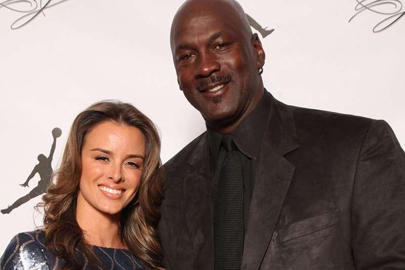 籃球之神喬丹(右)與現任妻子相處很好,看來再也不敢隨便離婚了。(美聯社)