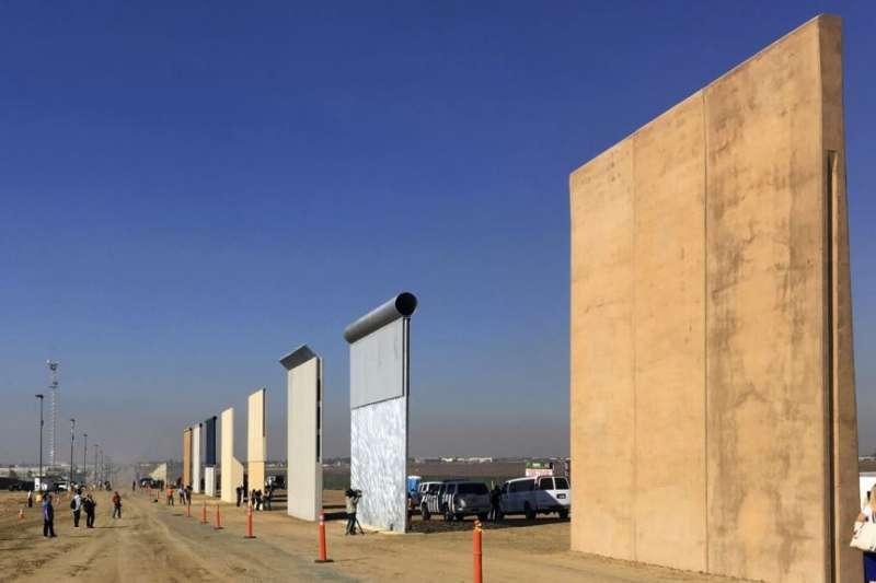 在加州展出的邊界牆模型。(美國之音)