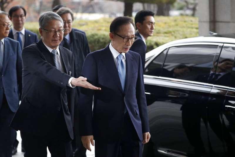 南韓前總統李明博14日在接受檢方訊問前表示,為引發國民擔擾感到十分愧疚。(美聯社)